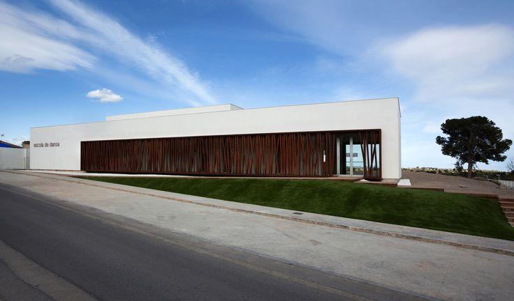 Construido por hidalgomora arquitectura en Llíria, Spain con fecha 2011. Imagenes por Diego Opazo. La Escuela de Danza de Llíria está ubicada junto al Conservatorio de Música, reuniendo así en un mismo ámbito urbano ...
