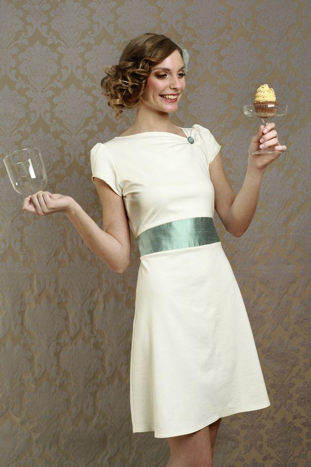 Labude Braut Couture - Ausgefallene Eleganz für Hochzeitsgäste, Bräute und Gäste aller anderen festlichen Anlässe!  Unser schlichtes Brautkleid Audrey ist ein cremefarbenes, ausgestelltes Kleid...