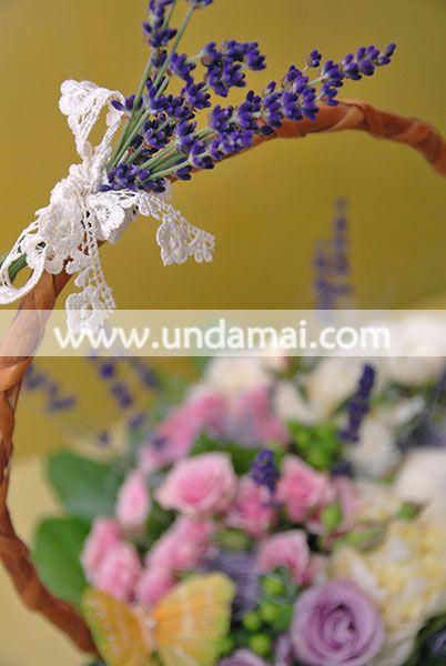 Aranjament floral cu miniroze, trandafiri mov si bujori, accesorizat cu lavanda