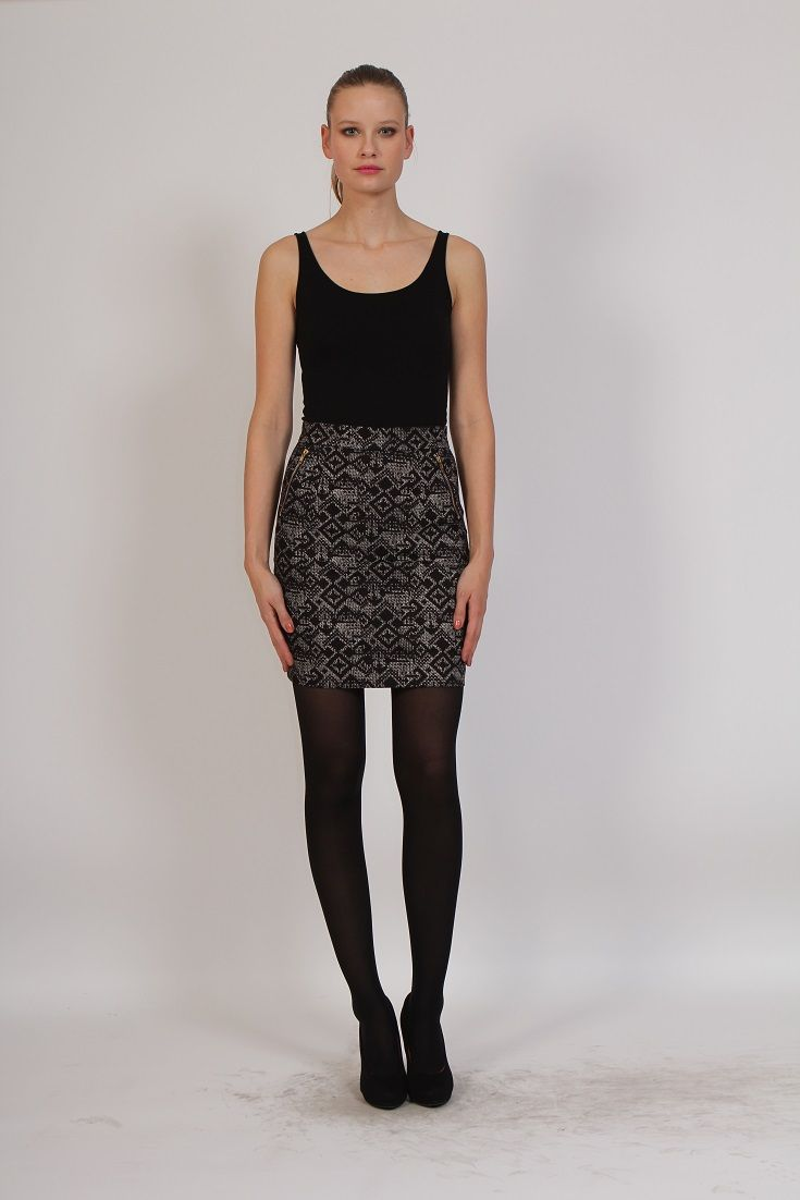 Falda corta negra con estampados geométricos