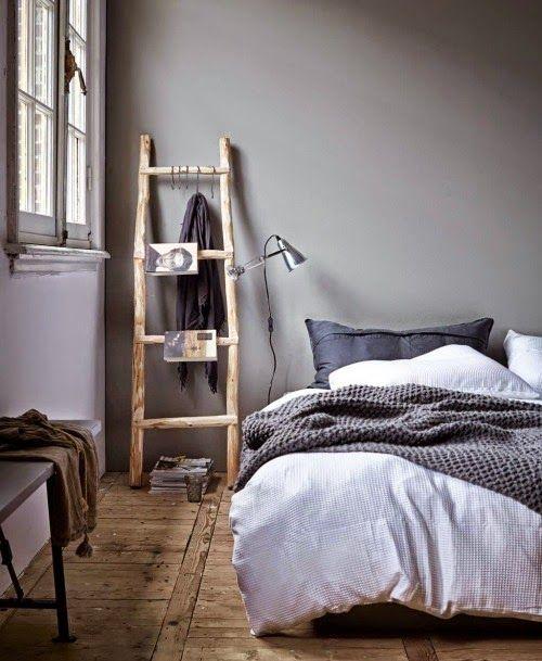 Chambre grise et chevet échelle