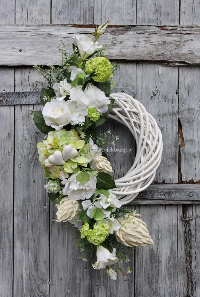 Wianek z jasnych kwiatów z serduszkami-wyklejony na bielonym rattanie, ozdoba, dekoracja