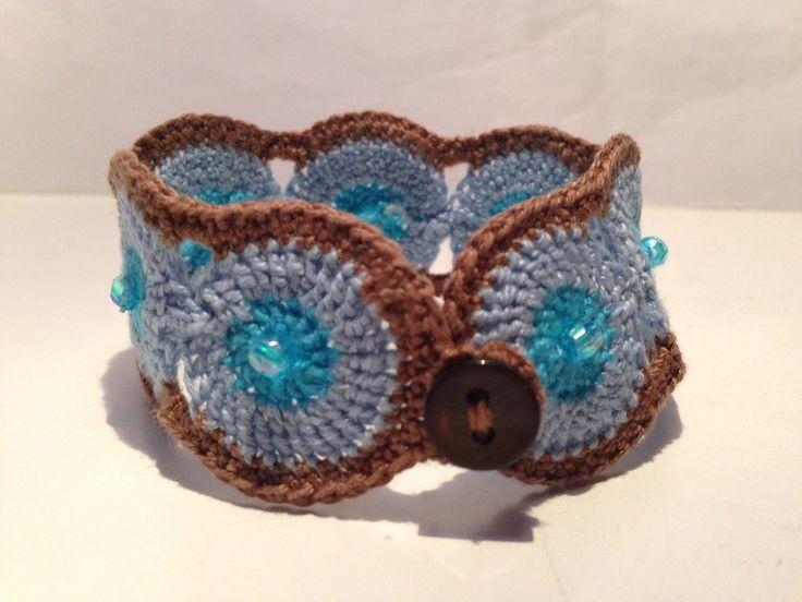 Bracciale azzurro e marrone fatto a mano all'uncinetto , by La piccola bottega della Creatività, 7,00 € su misshobby.com
