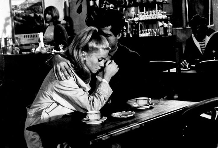 """Catherine Deneuve in """"Die Regenschirme von Cherbourg"""": Ein Musicalfilm aus dem Jahr 1964. Die Hauptrollen besetzten Catherine Deneuve als Geneviève Emery und Nino Castelnuovo als Guy Foucher. Der Film ist der zweite Teil einer """"Romantischen Trilogie"""" des Regisseurs. http://www.nachrichten.at/nachrichten/meinung/menschen/Catherine-Deneuve-Die-geheimnisvolle-Grande-Dame-wird-70;art111731,1221303 (Bild: TELEPOOL)"""