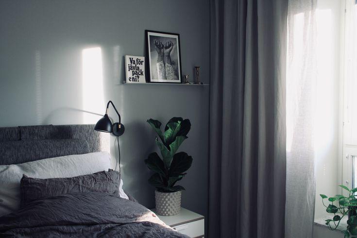 Sovrum med grå/grön väggfärg