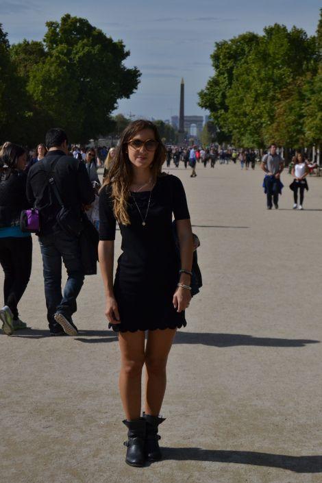 Parigi, Giardini del Louvre Borsa: Prada Collana: Tiffany Vestito: Intimissimi