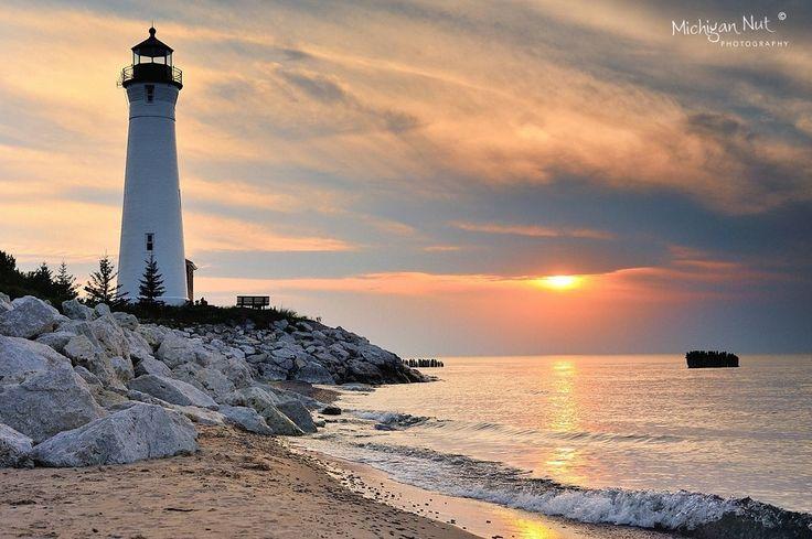 Puesta del sol del faro de punto crujiente - la península superior de Michigan en el lago Superior