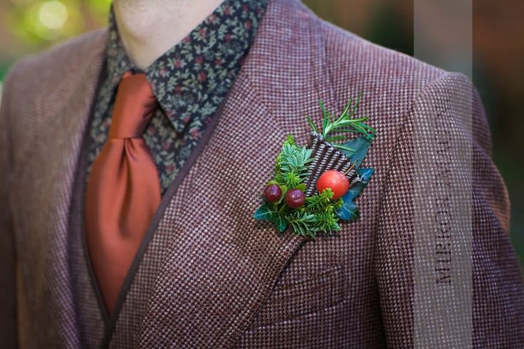 Tweed details in the buttonhole of this Autumn wedding to match the groom's suit