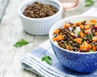 Salade de lentilles gourmande aux carottes : http://www.fourchette-et-bikini.fr/recettes/recettes-minceur/salade-de-lentilles-gourmande-aux-carottes.html