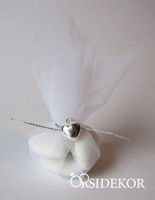 Hagyományos esküvői köszönetajándék - cukrozott mandula tüllben. Böngéssz további tradicionális és egyedi, személyre szabható esküvői köszönetajándékaink között itt: http://eskuvoidekor.com/koszonetajandekok