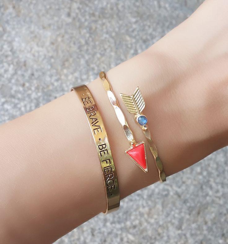 """2 Bracelets tendance métal doré plaqué or 9k . Pack de bracelet avec gravure """"be brave, be fierce""""et bracelet flèche et strass. Bracelets réglables, convient à tous les poignets.Ces bracelets tendance ont tout ce qu'il lui faut pour devenir l'accessoire incontournable de la saison! Profitez de ces bracelet à prix mini!  Emballage cadeau offert!"""