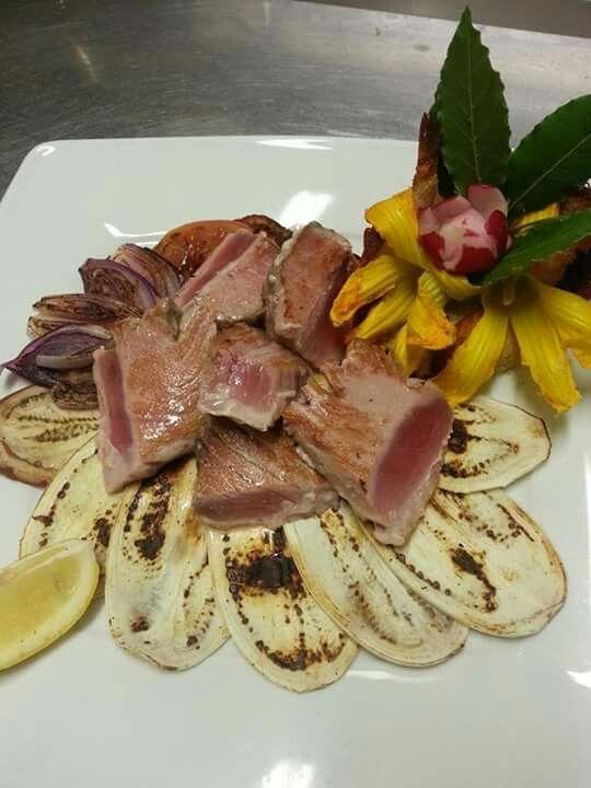 Tagliata di tonno pinna gialla su verdura grigliata