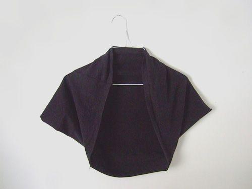 Même en été, il est agréable d'avoir sous la main une petite veste pour se réchauffer les épaules. Ce boléro est parfait pour se protéger des petits courants d'air et sa construction, expliqué par Kathrin du blog Annekata est plutôt originale : il s'agit d'un morceau de jersey coupé en T avec deux coutures pour les manches.  Instructions  Kathrin donne les mesures pour une petite taille (XS ou enfant), en inches. Si vous souhaitez essayer, 8 inches équivaut à 20 cm et 12 inches valent 3...