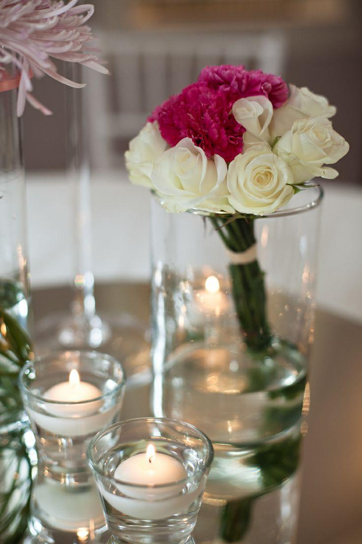 Centrotavola con rose bianche e garofani fucsia