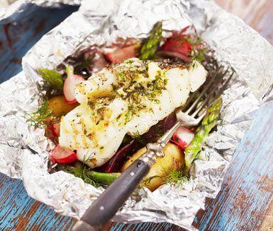 Enklaste sättet att grilla är i folie! Gärna primörer med gräslök, persilja, citron, lite chili och smör. Riktigt gott till grillad fisk som torsk eller lax. En sommarfräsch middag till både vardag och fest.