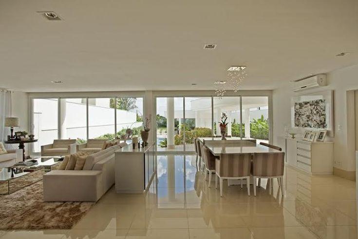 Casa com Fachada, Piscinas e Interior Moderno – Projetada para Receber!