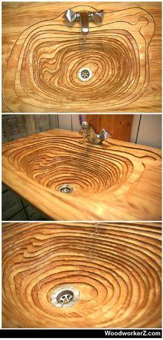 Ausgefallenes Waschbecken aus Holz. Die abfallende…