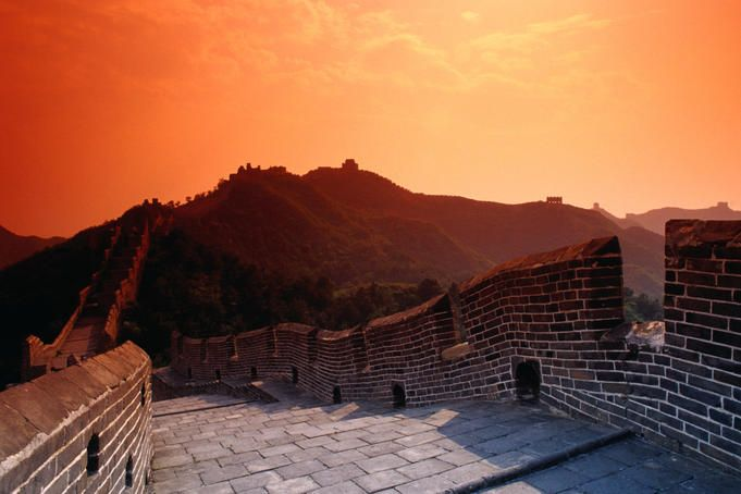 Traumhafte Kulisse beim Sonnenuntergang auf der Großen Mauer.