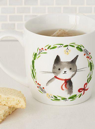 Danica chez Simons Maison   Les petits chatons sont prêts pour les fêtes, imprimés au centre de jolies couronnes !   Motif coloré placé en accent sur une porcelaine blanche   Va au lave-vaisselle et au micro-ondes   12 onces