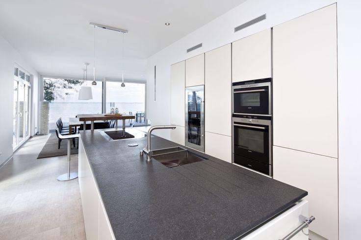 Küche, Ess- und Wohnbereich sind offen gestaltet und L-förmig miteinander verbunden. Das ermöglicht sowohl das vom Wohnbereich abgeschiedene Zubereiten der Speisen als auch das gesellige Beisammensein.