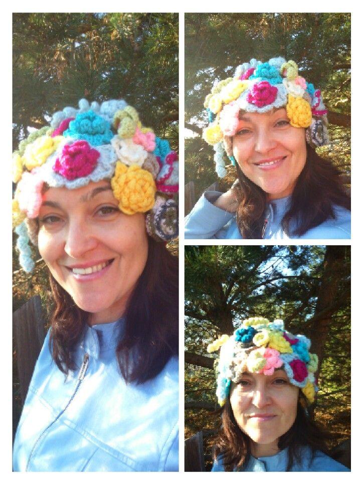 Kwiaty wykonane z kolorowej włóczki szydełkiem nr 3, tworzą tę niepowtarzalną czapkę