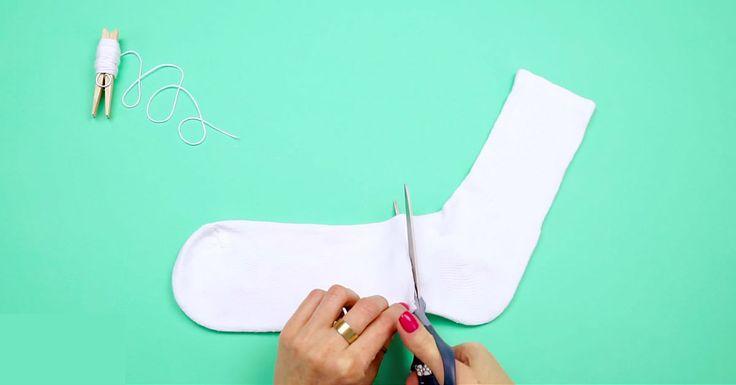 Det er ikke alltid så mye som skal til for å lage noe dekorativt. Ikke trenger du dyre materialer heller. Denne sokkesnømannen lager du eksempelvis med en sokk (opplagt nok), hyssing, lim, knapper og knappenåler. Skjerfet lager du av et lite tøystykke. Her er det bare å la kreativiteten flomme. Prøv gjerne ulike varianter som …