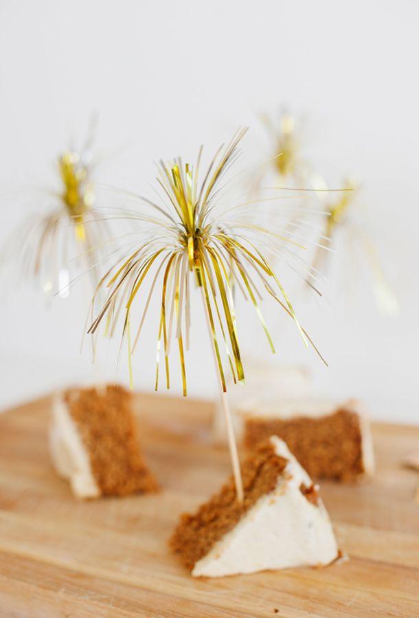 Simples ideias podem fazer toda diferença na hora de colocar sua mesa de ano novo! Aprenda a fazer enfeite de fogos de artifício!