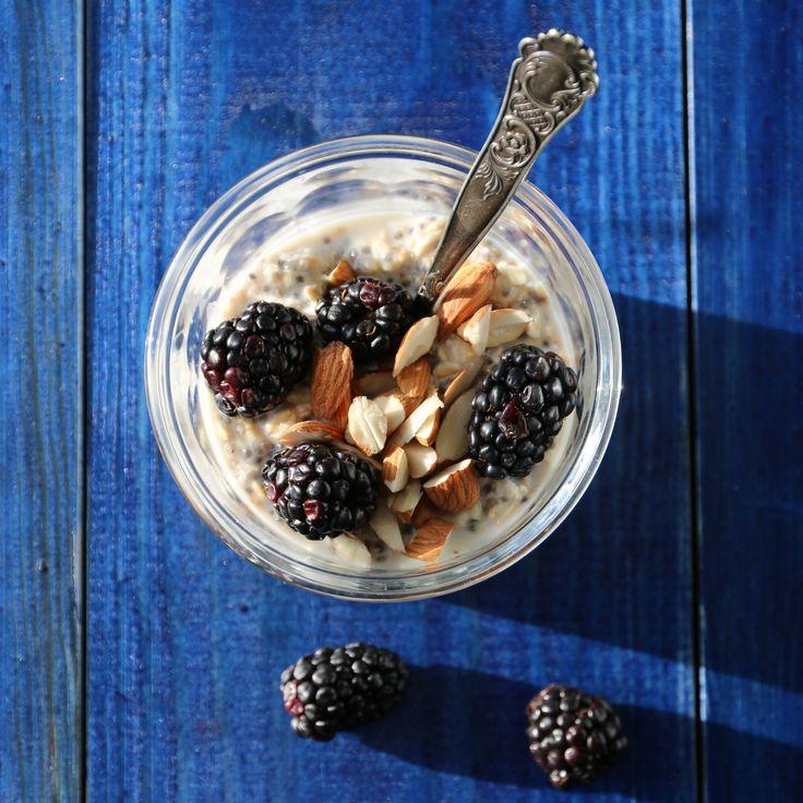 Kjøleskapsgrøt med chiafrø og bjørnebær