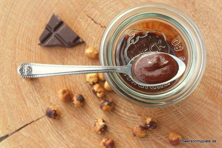 Selbstgemachtes Nutella aus Haselnüssen, Schokolade, Kokosöl und Honig
