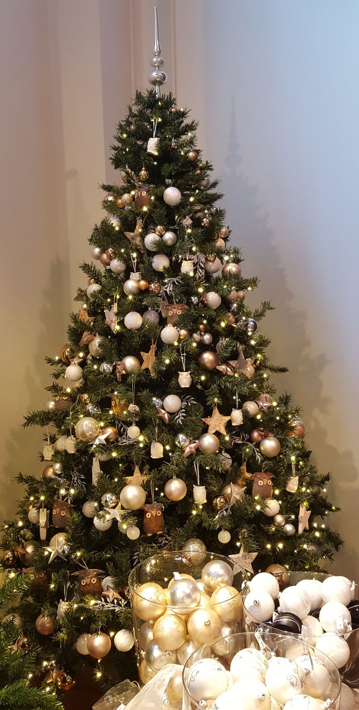 Very nicely decorated tree in store in Maasmechelen Village | It's all about Christmas