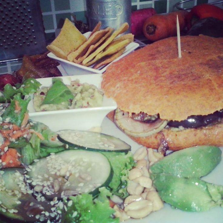 hamburger | Come en mi casa Art Cafè | Costa Rica  #hamburger #costarica #food #foodtripandmore