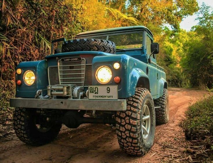 Land Rover 109 Pickup Serie III. All Terrain Wheels.