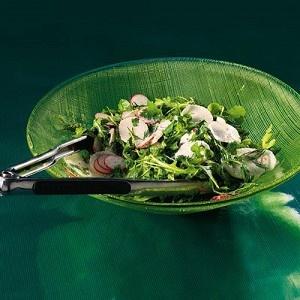 Кресс‑салат, руккола и мизуна с редисом, дайконом и сметанной заправкой  В роли зеленой базы тут используются салатные листья с горчичным и перечным душком, отлично подчеркивающим вкус белой редьки и красной редиски. Можно использовать не два, а три или больше видов редьки: например, взять еще зеленую и черную. Последняя, впрочем, горьковата для салата в чистом виде, поэтому ее можно предварительно слегка помариновать в растительном масле или в сметанном соусе