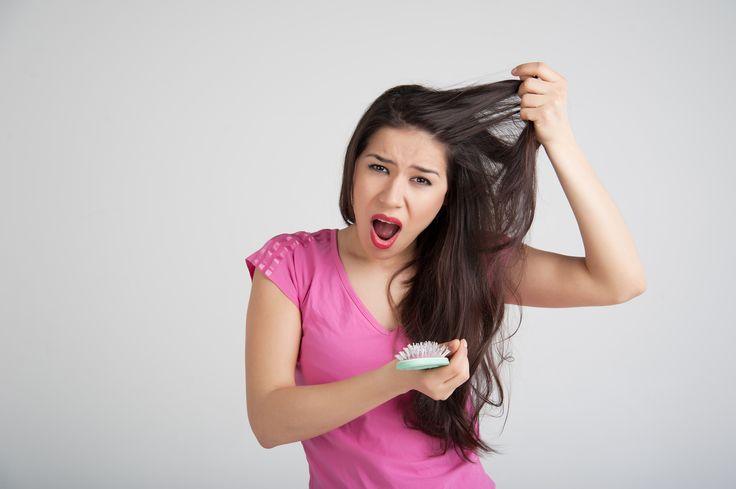 Aufgepasst! Diese acht Angewohnheiten des täglichen Lebens, die fast alle von uns regelmäßig machen, können Ursachen für Haarausfall sein: http://www.erdbeerlounge.de/frisuren/haarpflege/8-angewohnheiten-die-haarausfall-verursachen/