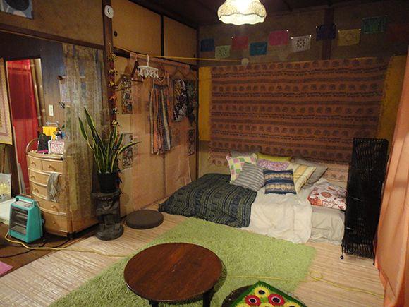 布や観葉植物を使った和室。渋いのに、どこか女の子っぽいお部屋になっています。