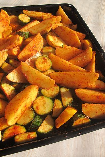 Cuketa s bramborami z jednoho pekáčku - DIETA.CZ Příprava Troubu si rozehřejte na maximum. Nakrájejte si brambory, já jsem je krájela podélně na čtvrtinky. Nakrájejte si na menší kousky i cuketu, tu si jen předem opláchněte, není potřeba jí loupat. Vše posypte kořením a pokapejte olivovým olejem. Ručně vše promíchejte a promněte, aby se koření dostalo i k tomu poslednímu kousku. Plech dejte do trouby a stáhněte teplotu na 200 °C. Pečte do zlatova 30–40 minut. Propečou se i ze spodu