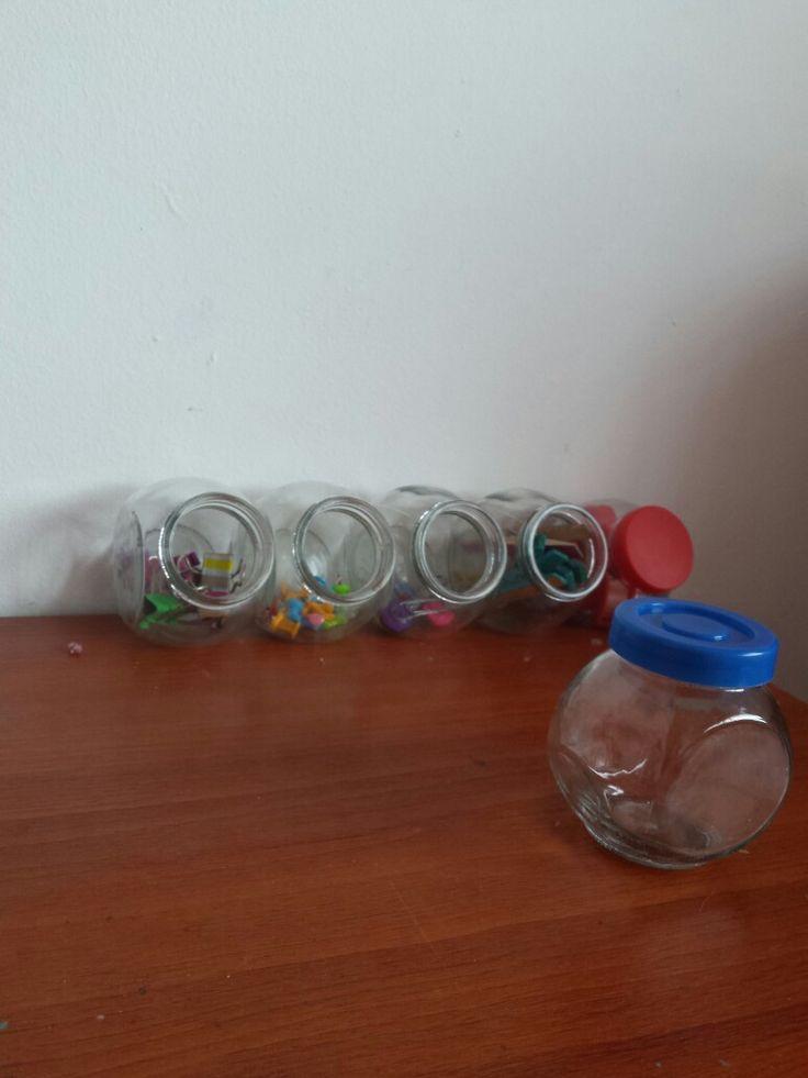 Recicla frascos pequeños para organizar las cosas pequeñas.