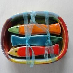 Boite de 6 sardines porte-couteaux en céramique ~ Colorful Ceramic Fish.