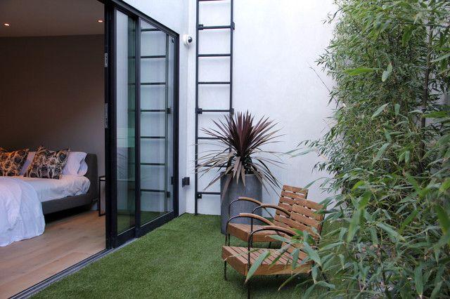 Strakke kleine tuin. Incluis een fraai staaltje verticaal tuinieren om de ruimte goed te benutten.