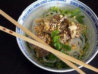 Bo bun pour 6 personnes 500 g de filet de boeuf - 1 paquet de vermicelle de riz (400 g) - 2 tiges de citronnelle ou de la poudre de citronnelle - 200 g de germes de soja - Une dizaine de feuilles de salade - ½ concombre (lave non épluché) - 2 oignons - 2 gousses d'ail - feuilles de menthe et de coriandre coupées finement - sauce nems préparée - cacahuètes pilées - 1 cuiller à soupe de nuoc mam - 1 cuiller à café de sucre.