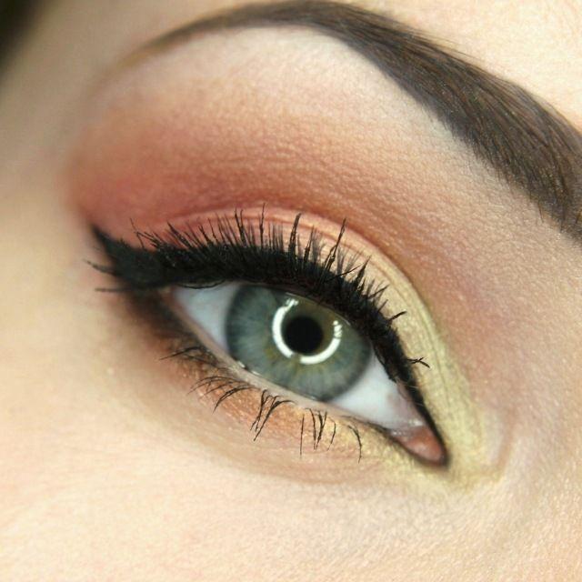 maquillage yeux avec eye-liner noir et fards à paupières en jaune et marron