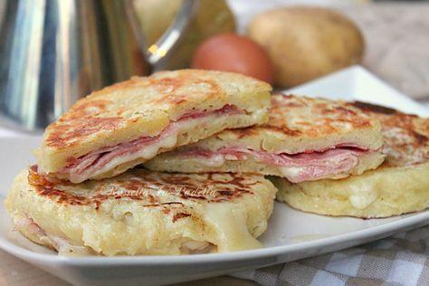 Focaccine di patate filanti cotte in padella. Gustose focaccine con patate farcite con prosciutto cotto e formaggio filante, da mangiare a casa o al lavoro