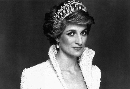 Diana, princesa de Gales (n. Sandringham, Inglaterra; 1 de julio de 1961 — m. París, Francia; 31 de agosto de 1997) nacida como Diana Frances Spencer, fue la primera esposa del príncipe Carlos de Gales, heredero de la Corona británica, tuvieron dos hijos, su separación fue en diciembre de 1992 y el divorcio se firmó en 1996. La princesa de Gales murió al año siguiente, con tan solo 36 años de edad, en un accidente de coche en París cuando viajaba junto a su novio, Dodi Fayed.(AP)
