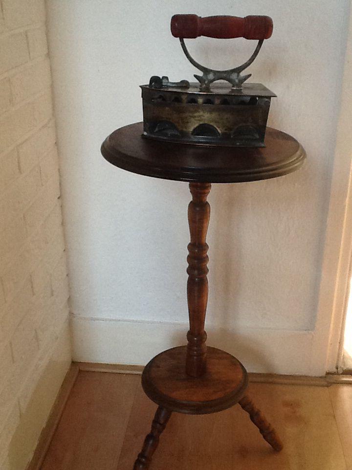 Spindle table met oud strijkijzer