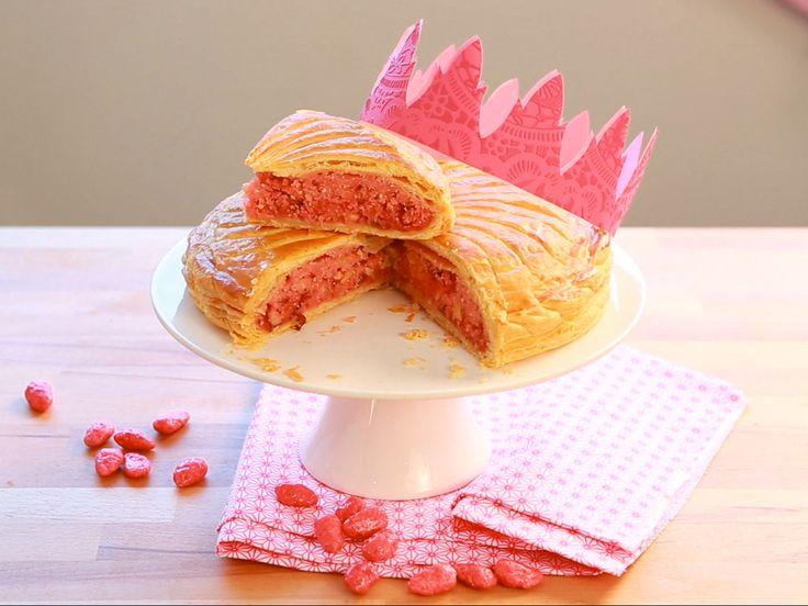 Découvrez en vidéo, la recette de la galette aux pralines roses, en couverture du numéro 301 du magazine Cuisine Actuelle.