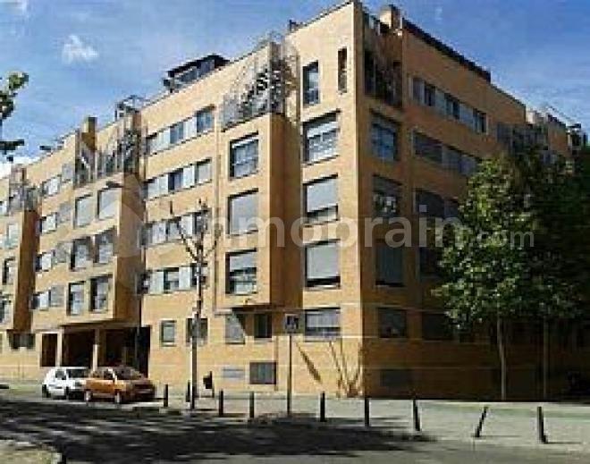 Piso en la localidad de Getafe con 83 m² repartidos en 2 habitaciones, 2 baños completos, salón comedor y cocina indepenciente. Urbanización cerrada con piscina.