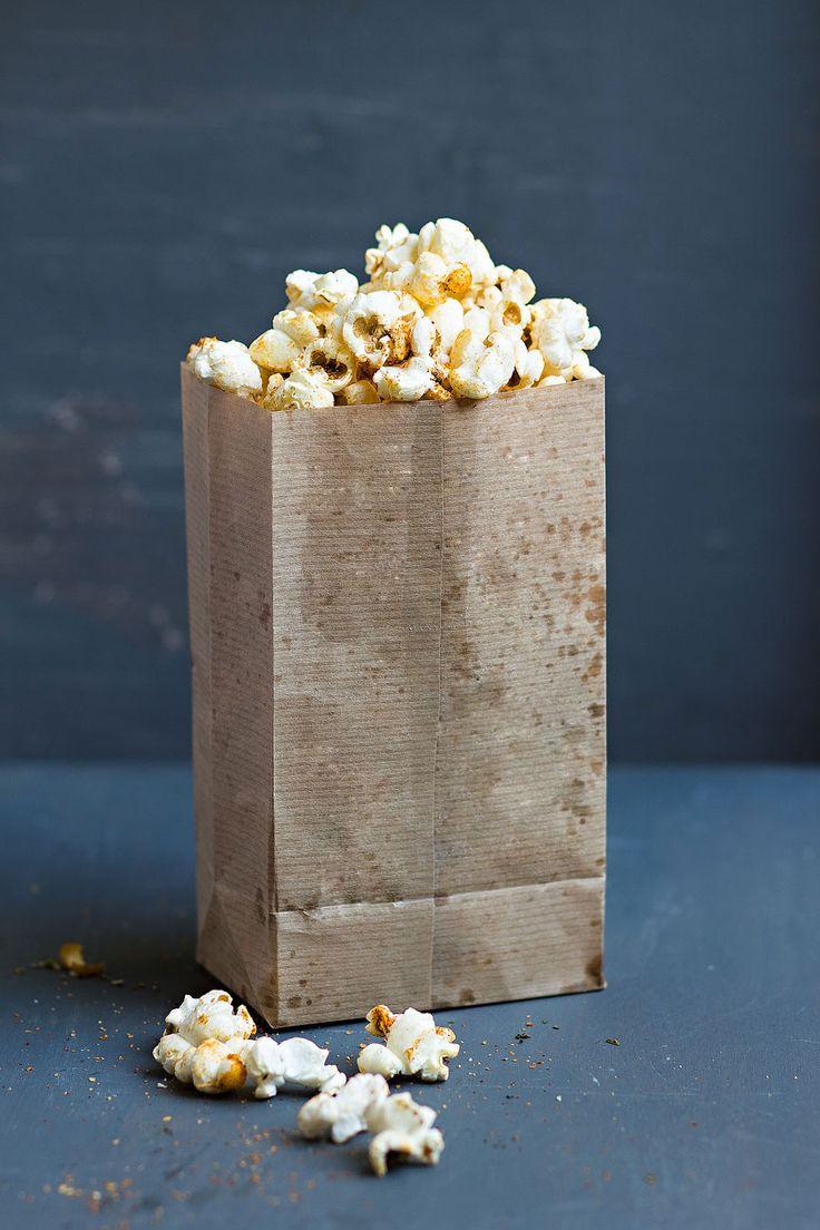 2x Popcorn: Paprika en Italiaanse kruiden.  Hoe je het ook went of keert: bij een bioscoopbezoek hoort popcorn. Wat mij betreft de zoete, die met dat heerlijke knapperige suikerlaagje, waarvan je blijft dooreten totdat er pauze is. En die popcorn? Die is op. De tweede helft kun je..