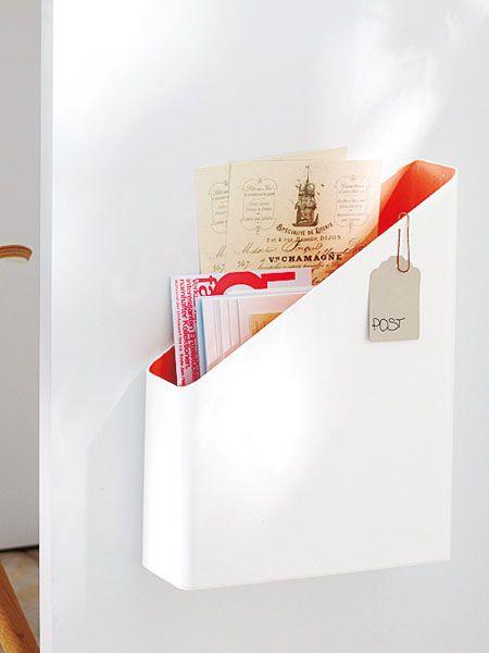 Damit nichts Wichtiges verloren geht, wandert die Korrespondenz in den Briefkasten direkt am Schreibtisch.