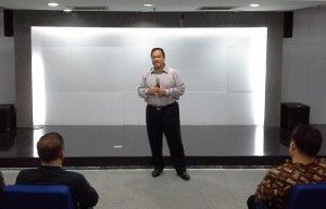Ary Ginanjar Agustian seorang Master Trainer ESQ mengungkapkan pendapatnya tentang perbedaan yang mendasar antara Teori dengan Pelatihan