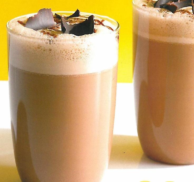 Smoothie de Café -3 cubos de café congelados; 3 cubos de gelo; 1 copo de leite (ou iogurte congelado p/ deixar a bebida mais cremosa); 1/2 colher de sopa de café instantâneo; 1 banana; Açúcar ou adoçante (se necessário); e  2 col de sopa de cobertura de chocolate ou 1 de essência de baunilha. -Bata tudo no liquidificador até ficar cremoso por 1 ou 2 minutos. Antes de transferir o smoothie para um copo, verifique se a bebida necessita de um pouco de açúcar ou adoçante. Sirva imediatamente.